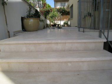 מדרגות חיצוניות לכניסה