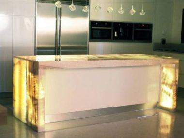 שולחן מטבח עשוי אוניקס ומואר מבפנים