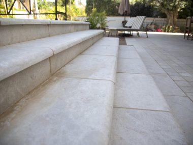 מדרגות אבן בגינה