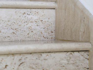 מדרגות טרוורטין מילוי שקוף