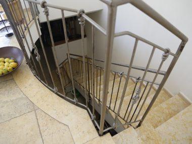 מדרגות פנים מצפה צהוב