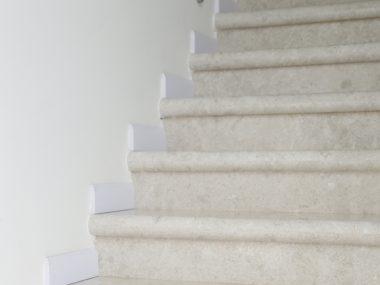 מדרגות פנים לבית גוון אפור-לבן בהיר
